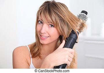 mujer hermosa, curling, ella, pelo, rubio