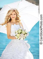 mujer hermosa, elegante, novia, con, boda, rosas, ramo, al aire libre, retrato