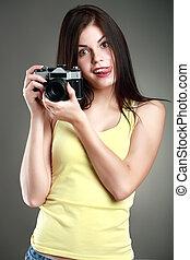 mujer hermosa, en, amarillo, con, un, cámara, emociones