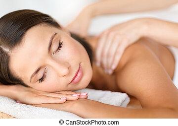 mujer hermosa, en, balneario, salón, conseguir masaje