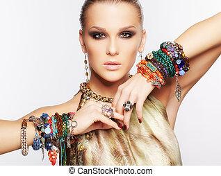 mujer hermosa, en, joyas