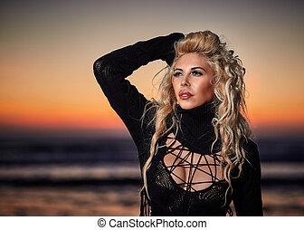 mujer hermosa, en la playa, en, salida del sol