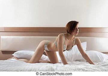 mujer hermosa, en, lenceria, cama
