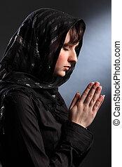 mujer hermosa, en, pañuelo, rezando, ojos cerrados