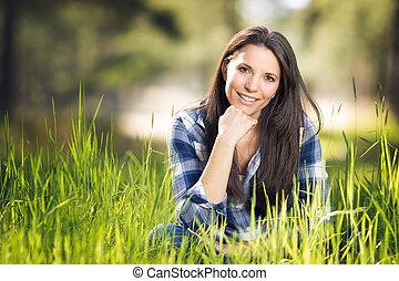 mujer hermosa, en, pasto o césped
