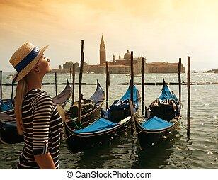 mujer hermosa, en, sombrero, contra, venecia, panorama