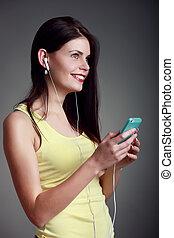 mujer hermosa, en, un, amarillo, escuchar música