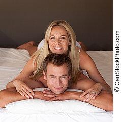 mujer hermosa, en, un, cubrir, espalda, en cama