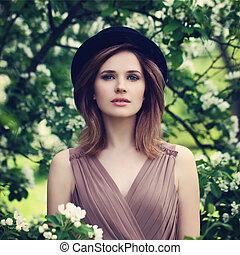mujer hermosa, en, un, sombrero negro, outdoors., primavera, retrato, de, modelo, con, sano, piel