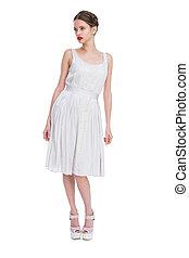 mujer hermosa, en, vestido blanco, posar