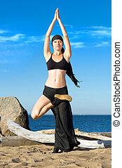 mujer hermosa, es, elaboración, yoga, ejercicios