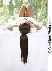 mujer hermosa, es, reclinación encendido, balneario, cama