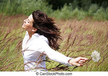 mujer hermosa, exterior, con, viento, en, ella, cara, y, un, flor