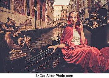 mujer hermosa, góndola, capa, equitación, rojo