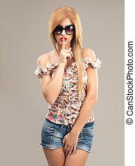 mujer hermosa, gafas de sol, calzoncillos, vaqueros, moda, retrato