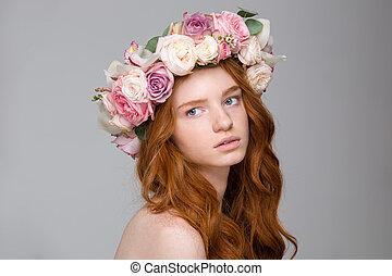 mujer hermosa, guirnalda, pelo largo, oferta, flores