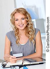 mujer hermosa, hacer, compras en línea, en, oficina