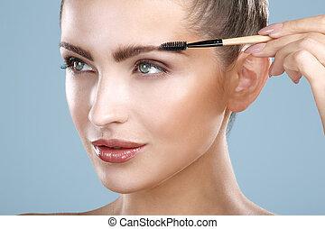 mujer hermosa, herramienta, ceja, primer plano, cepillo