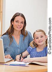mujer hermosa, hija, ella, porción, retrato, deberes, cocina