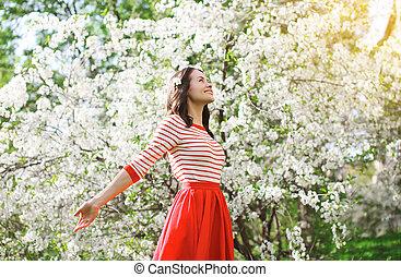 mujer hermosa, jardín, primavera, joven, florecimiento, el gozar, olor, feliz