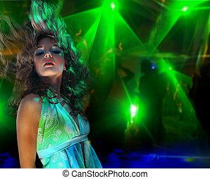 mujer hermosa, joven, club nocturno, bailando
