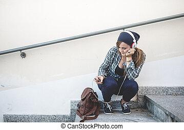 mujer hermosa, joven, la música escuchar, hipster, rubio