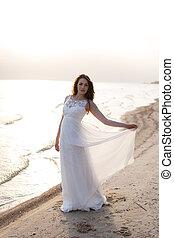 mujer hermosa, joven, largo, orilla, morena, mar, vestido...