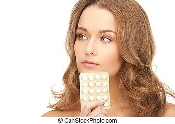 mujer hermosa, joven, píldoras