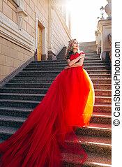 mujer hermosa, largo, lujoso, tren, vestido, rojo