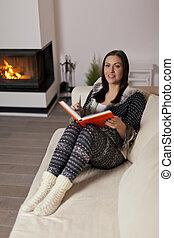 mujer hermosa, libro de lectura, por, chimenea