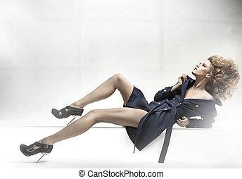 mujer hermosa, llevando, chamarra