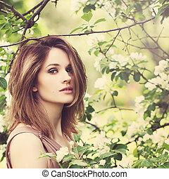 mujer hermosa, modelo, con, primavera, flores, fondo., primavera, belleza, mujer, con, manzano, flores