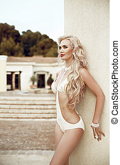mujer hermosa, pelo largo, ondulado, rubio, retrato, moda