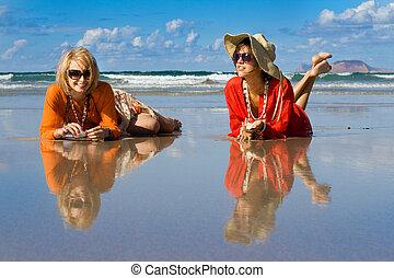 mujer hermosa, pone, en, playa