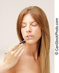 mujer hermosa, poner lápiz labial, con, cepillo