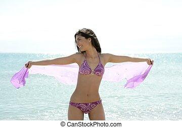 mujer hermosa, posar, en, biquini, en la playa