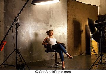 mujer hermosa, posar, en, photostudio, a, profesional, fotógrafo