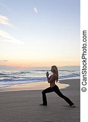 mujer hermosa, practicar, ocaso, yoga, playa, o, salida del sol