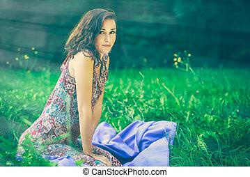 mujer hermosa, pradera, sentado, joven, verde