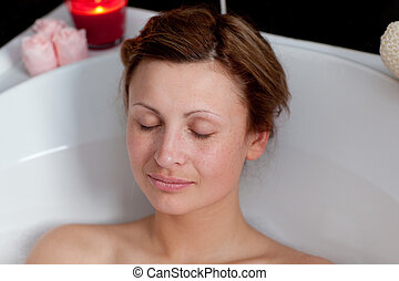 mujer hermosa, relajante, baño