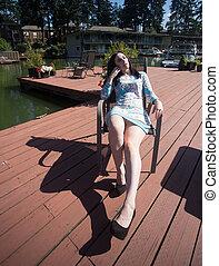 mujer hermosa, relajante, en cubierta, en el sol