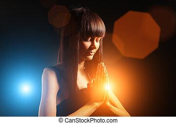 mujer hermosa, rezando