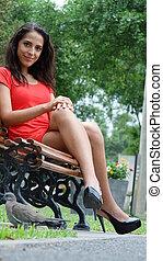 mujer hermosa, sentado, en, banca de parque