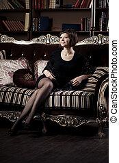 mujer hermosa, sofá