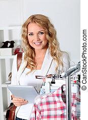 mujer hermosa, tableta, prenda, utilizar, electrónico, ...