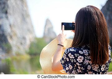 mujer hermosa, toma, viajero, joven, fotos, roca, montañas.