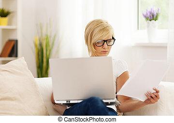 mujer hermosa, trabajar en casa