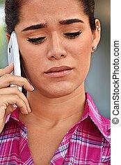 mujer hermosa, utilizar, teléfono celular, y, infeliz