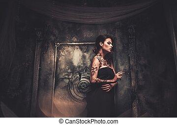mujer hermosa, viejo, fantasmal, interior, fumar, tattooed