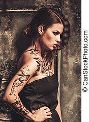 mujer hermosa, viejo, fantasmal, interior, tattooed